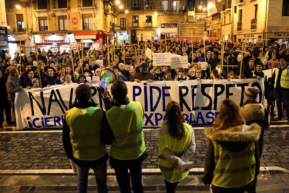 Primera concentración contra la muestra del artista  Abel Azcona  en el  Ayuntamiento de Pamplona . Diario de Navarra © Javier Sesma.