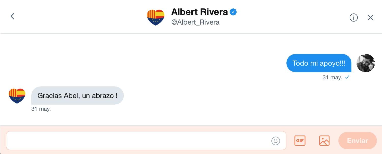 Intercambio de mensajes privados en la red social  Twitter entre el artista  Abel Azcona y  Albert Rivera , Presidente de  Ciudadanos .