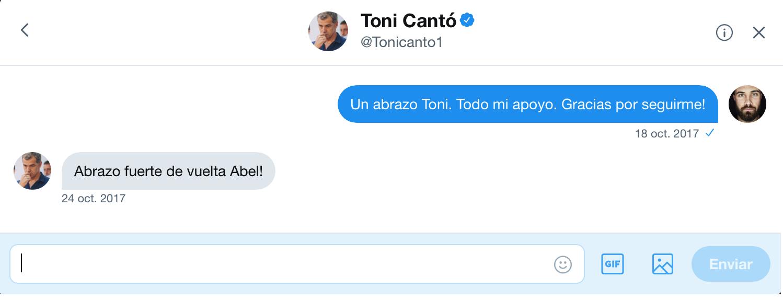 Intercambio de mensajes privados en la red social  Twitter entre el artista  Abel Azcona y  Toni Cantó , parlamentario nacional de  Ciudadanos.