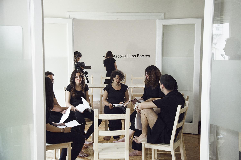 Participantes dentro de las exposiciones del artista    Abel Azcona    en un largo de proceso de exploración. En la primera fase del proyecto el artista detona la obra con un círculo de empoderamiento que termina generando parte de la obra final.    Madrid   , 2016,