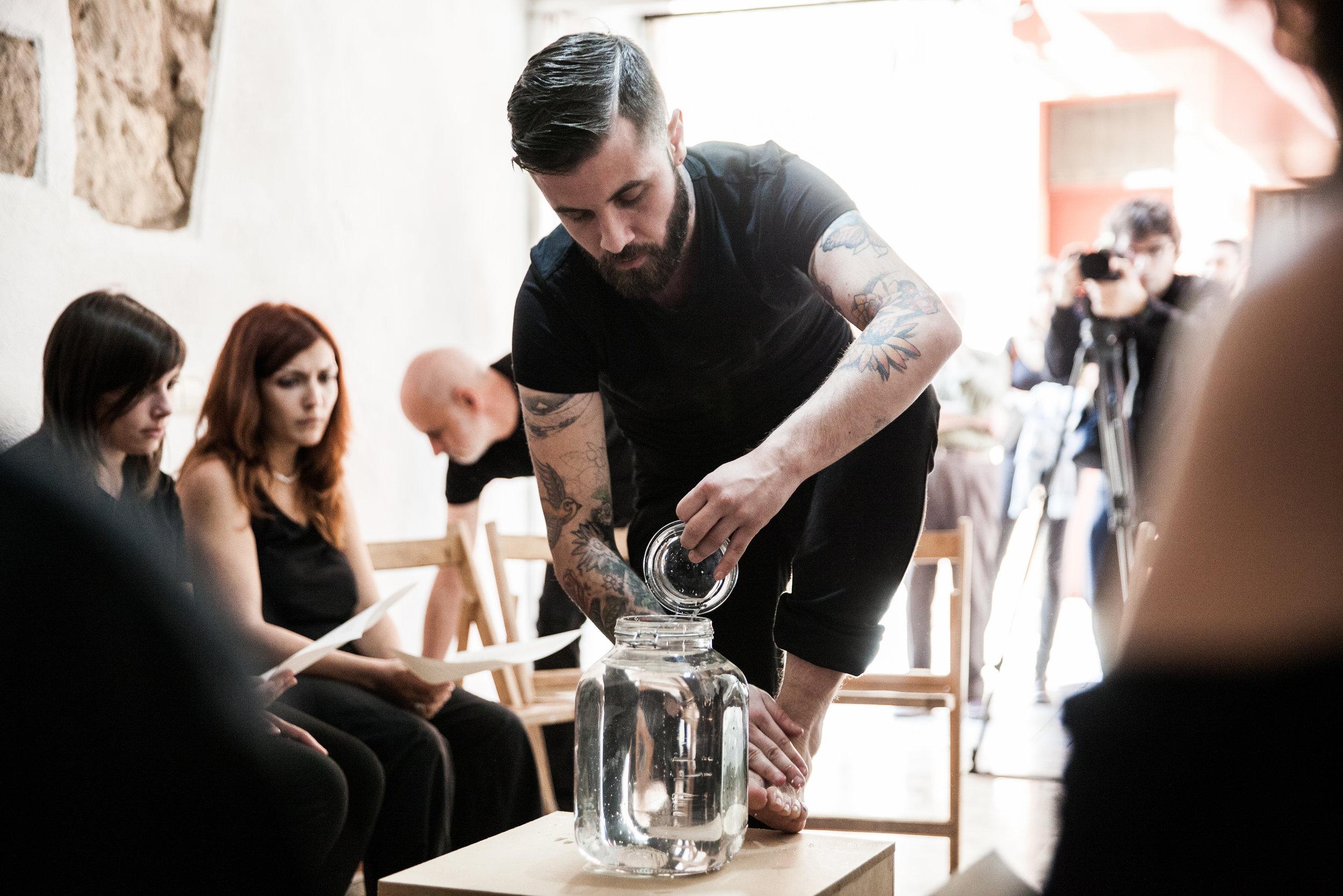 Obras críticas y de denuncia. Experiencias personas utilizadas con espíritu catártico. En la imagen el artista    Abel Azcona    inicia un proceso de seis horas duración en el que explora situaciones vividas en torno al dolor, el maltrato o el abandono.
