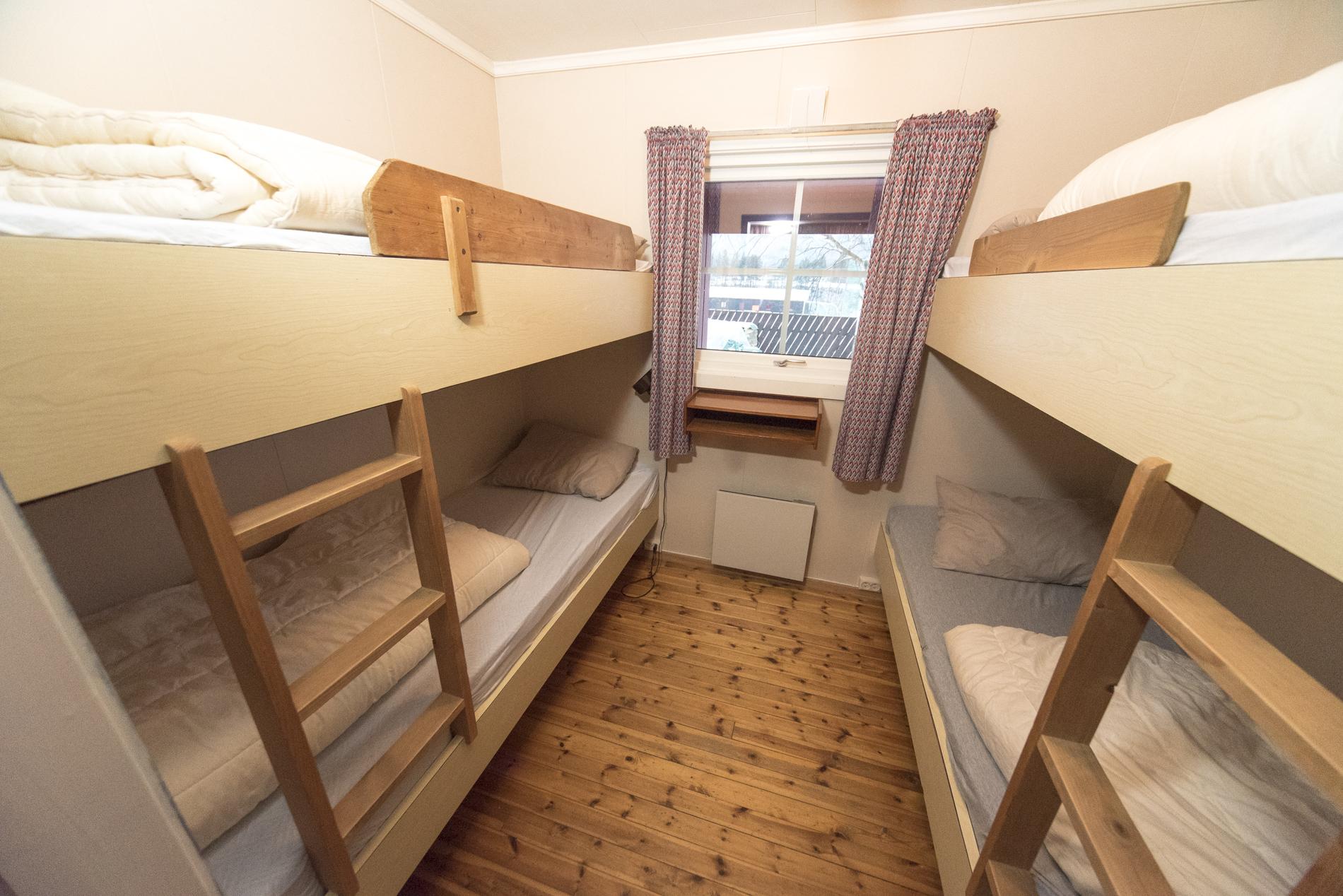 Ett soverom med fire køyesenger