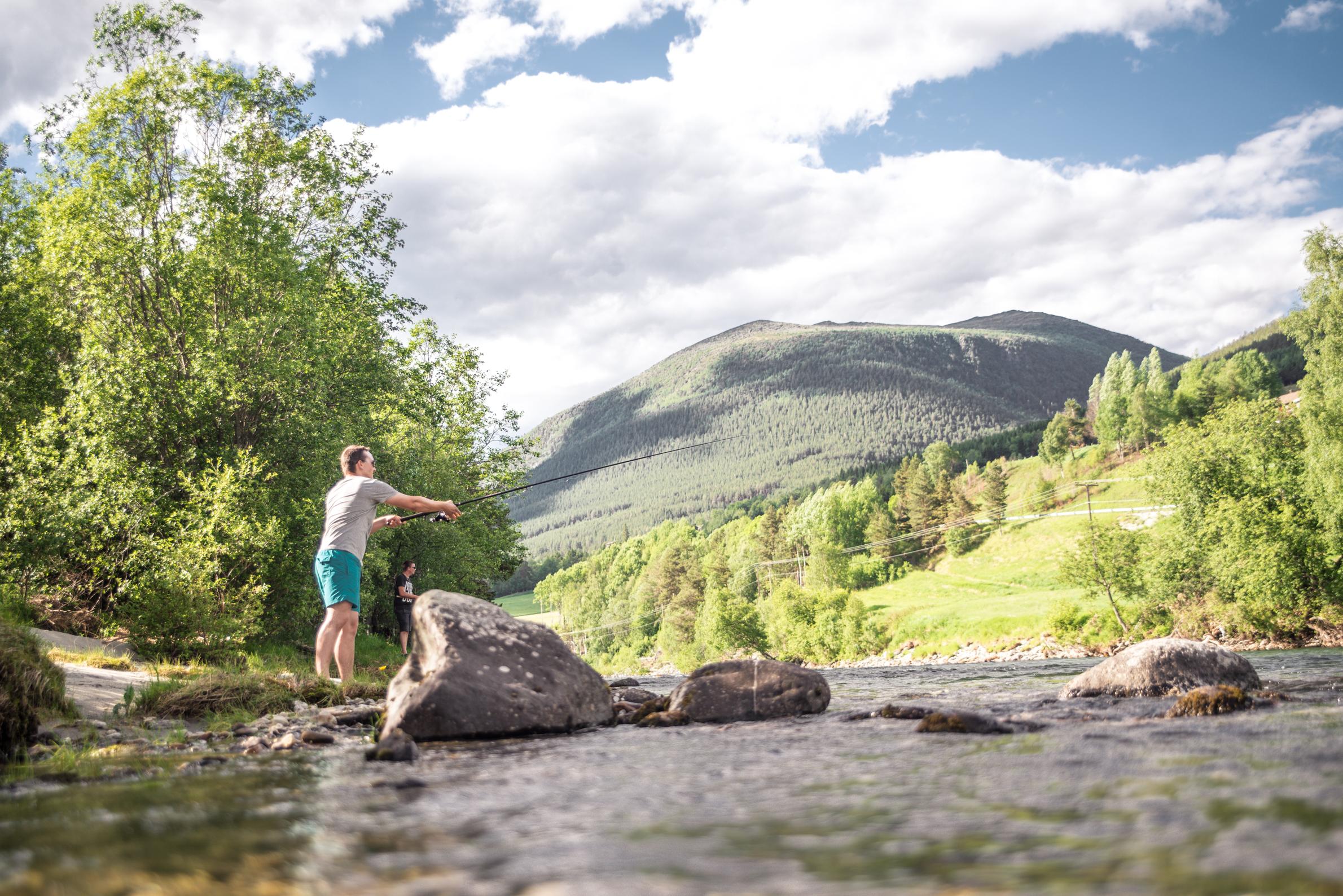 Vollheim camping grenser mot elva, og du kan vandre elvelangs og fiske fra campingplassen.