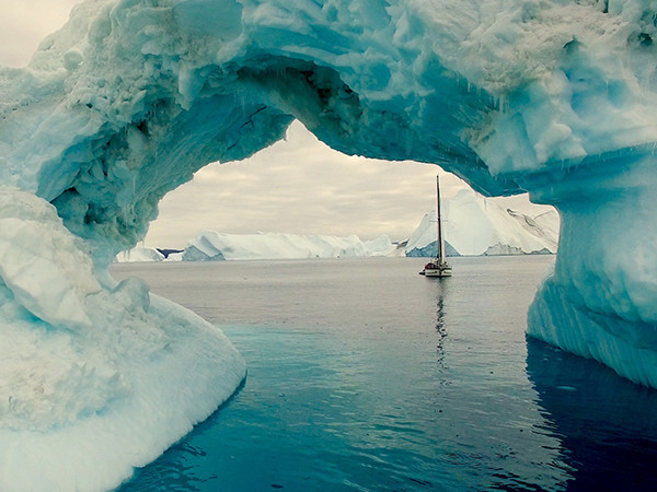 Le Groenland ..Greenland - À 23 ans, Guirec hiverne 130 jours sans assistance, en total autonomie dans les glaces du Groenland. ..At the age of 23, he stayed stick in the ice of Greenland during 130 days, in total autonomy.