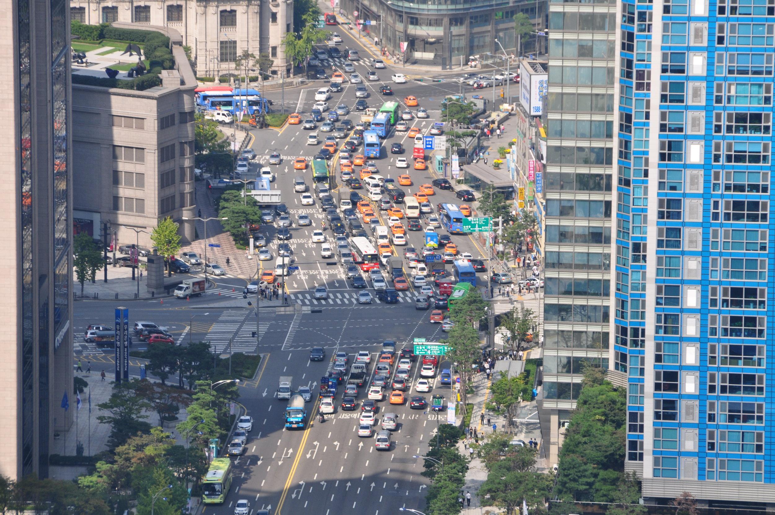 Trafikken kan være ganske kaotisk i Seoul - selv midt på dagen.
