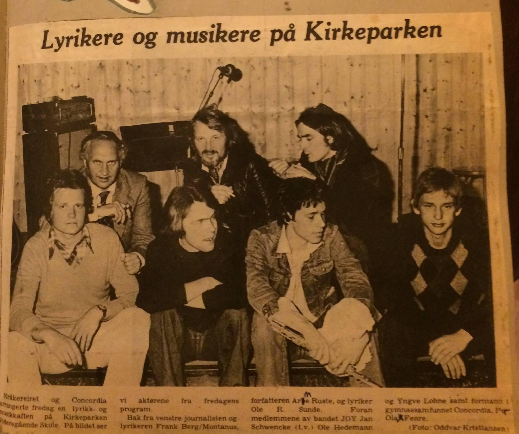 På bildet sitter jeg nederst til venstre, ved siden av Ole Hedemann (piano) og Yngve Lohne (tverrfløyte), på midten av 70-tallet. Vi hadde det klingende navnet JOY (Jan, Ole og Yngve). -