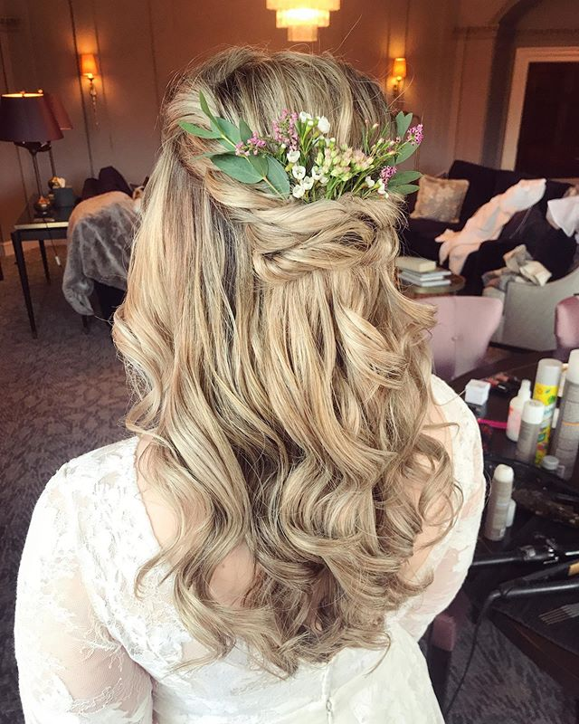 If in doubt, go with 🌸🌿 F L O W E R S 🌿🌸 . Flowers always look gorgeous in hair, so if you're not sure what accessory to go for, you can't go wrong with flowers... . Bridal hair by me for a bridal babe that I had the pleasure of working with a few weekends ago 🙌🏼 . @beyouweddings @thelangleyuk  #beyouweddings #beyoubrides #bridalhair #bridalmakeup #beyoubrides  #modernbride #behindthescenes #weddingmorning #weddinghairandmakeupartist #londonhairstylist #kenthairstylist #makeupartist #hairstylist #london #hsotd #bohowaves #bohobride #chicbride #work #fashionstyling #bridalwear #hairstyles #hairinspiration #weddinginspiration #effortlesslybeautiful #halfuphair #hairwithflowers