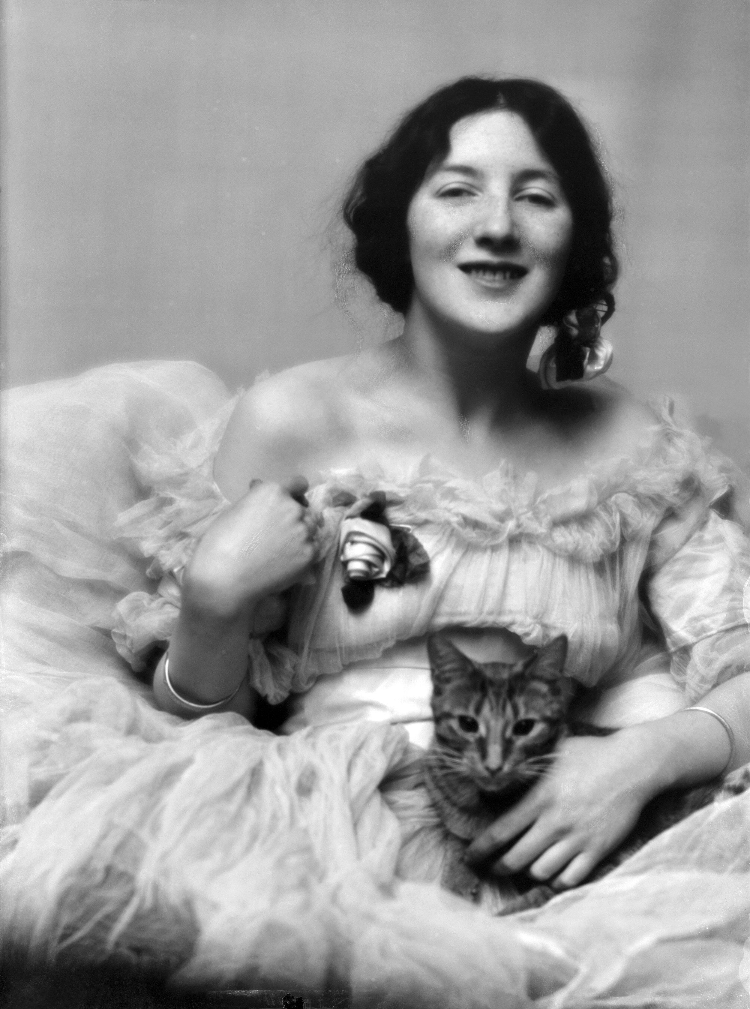 Audrey Munson with a cat (1915)