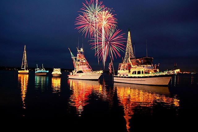 Happy #Friday! 🎉😊 make sure you get down to Balboa Island for the #NewportBoatParade, taking place nightly until December 17th!