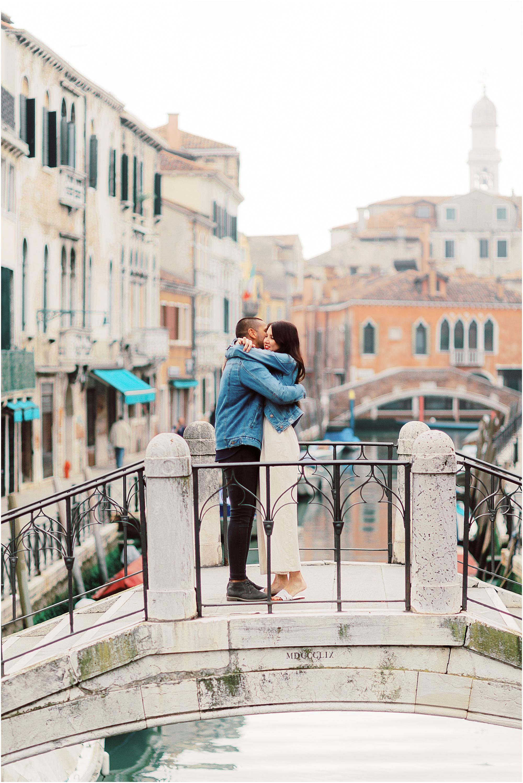 couple-photoshoot-in-venice-gondola-sunrise-stefano-degirmenci_0006.jpg
