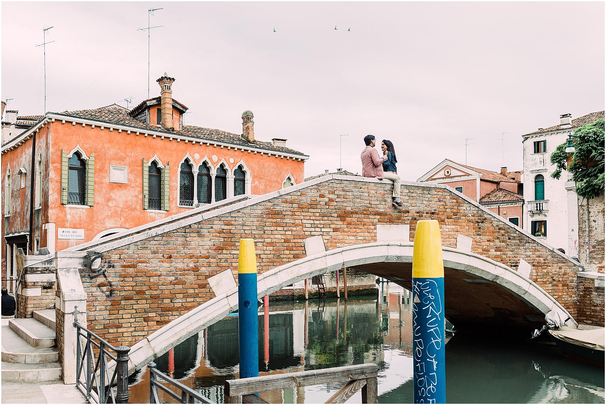 couple-lifestyle-photoshoot-in-venice-gondola-sunrise-stefano-degirmenci_0100.jpg