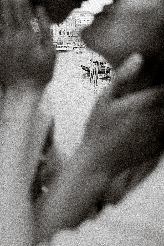 couple-lifestyle-photoshoot-in-venice-gondola-sunrise-stefano-degirmenci_0119.jpg