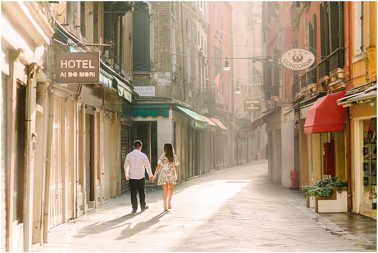 couple-lifestyle-photoshoot-in-venice-gondola-sunrise-stefano-degirmenci_0153.jpg