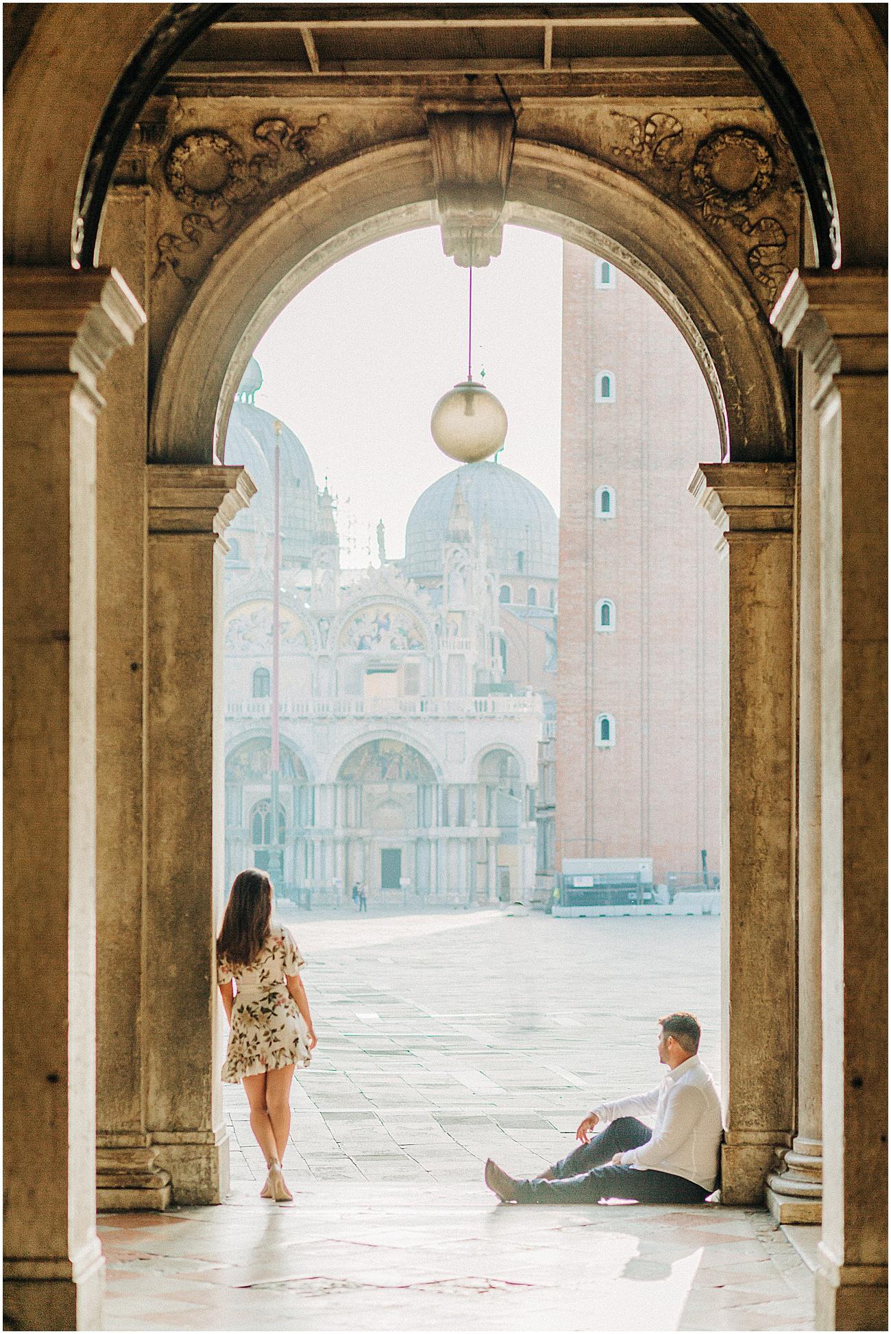 couple-lifestyle-photoshoot-in-venice-gondola-sunrise-stefano-degirmenci_0157.jpg