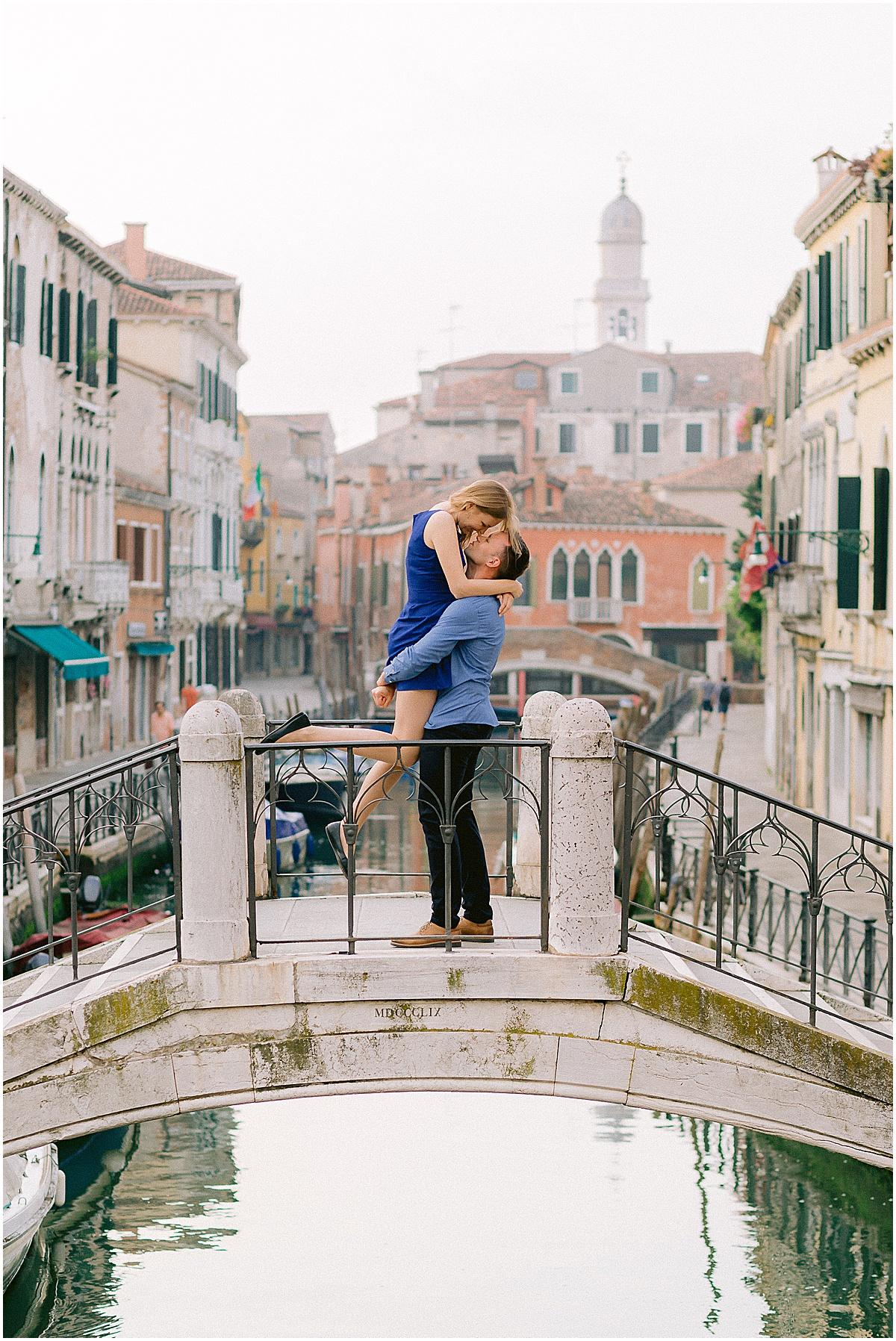 lifestyle-portrait-photography-couple-in-venice-gondola-sunrise-stefano-degirmenci_0229.jpg