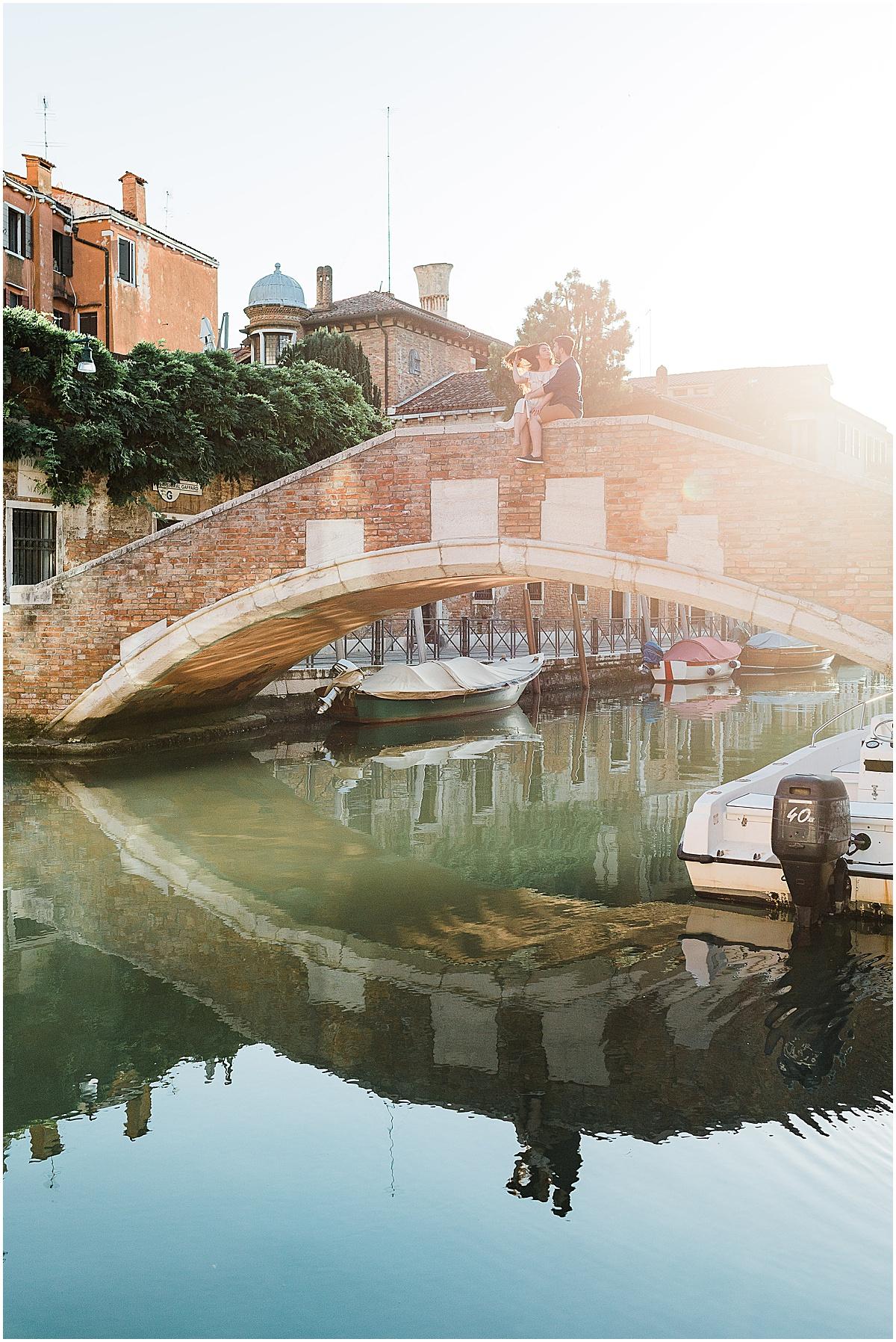 lifestyle-photographer-couple-in-venice-gondola-sunset-stefano-degirmenci_0287.jpg