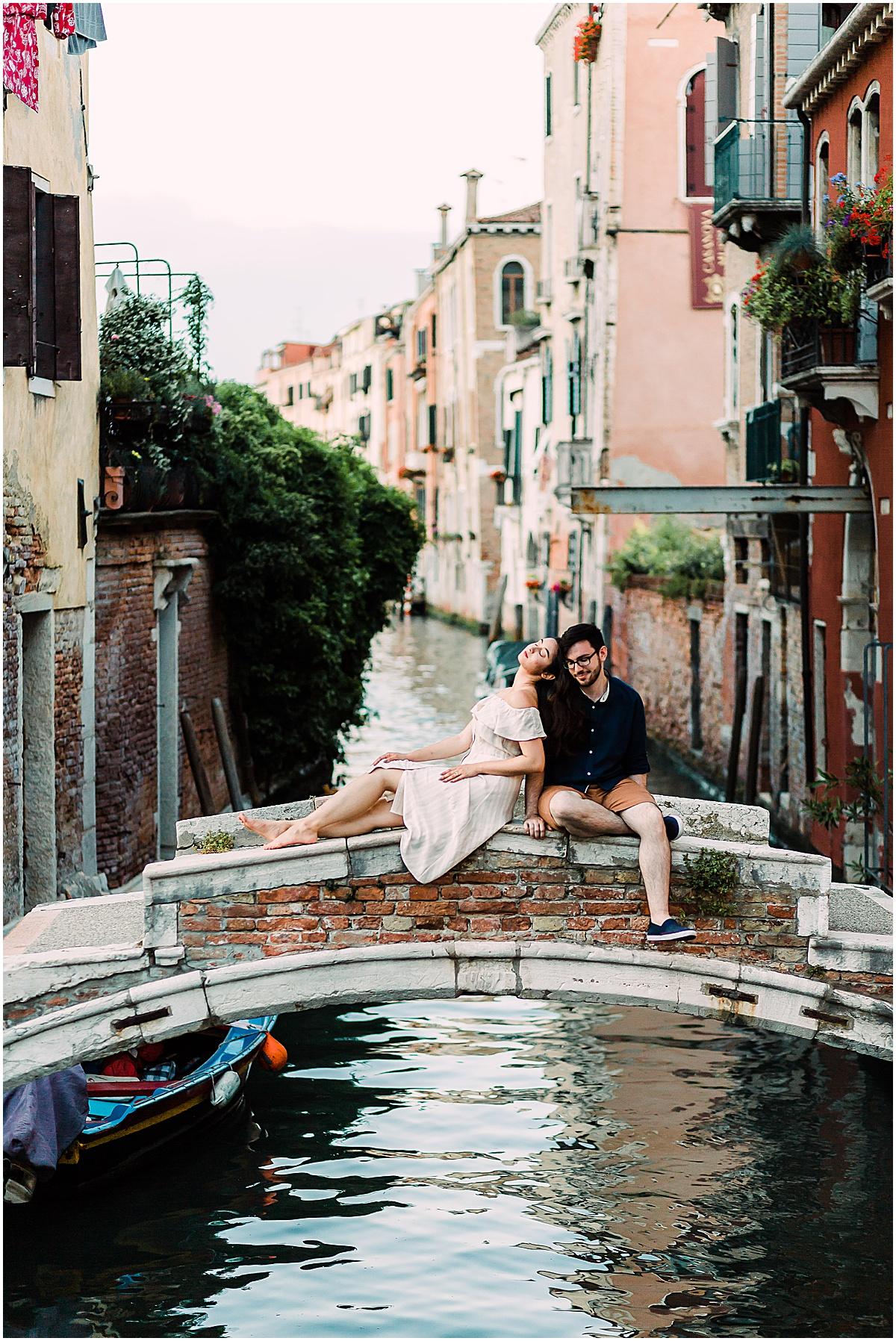 lifestyle-photographer-couple-in-venice-gondola-sunset-stefano-degirmenci_0296.jpg