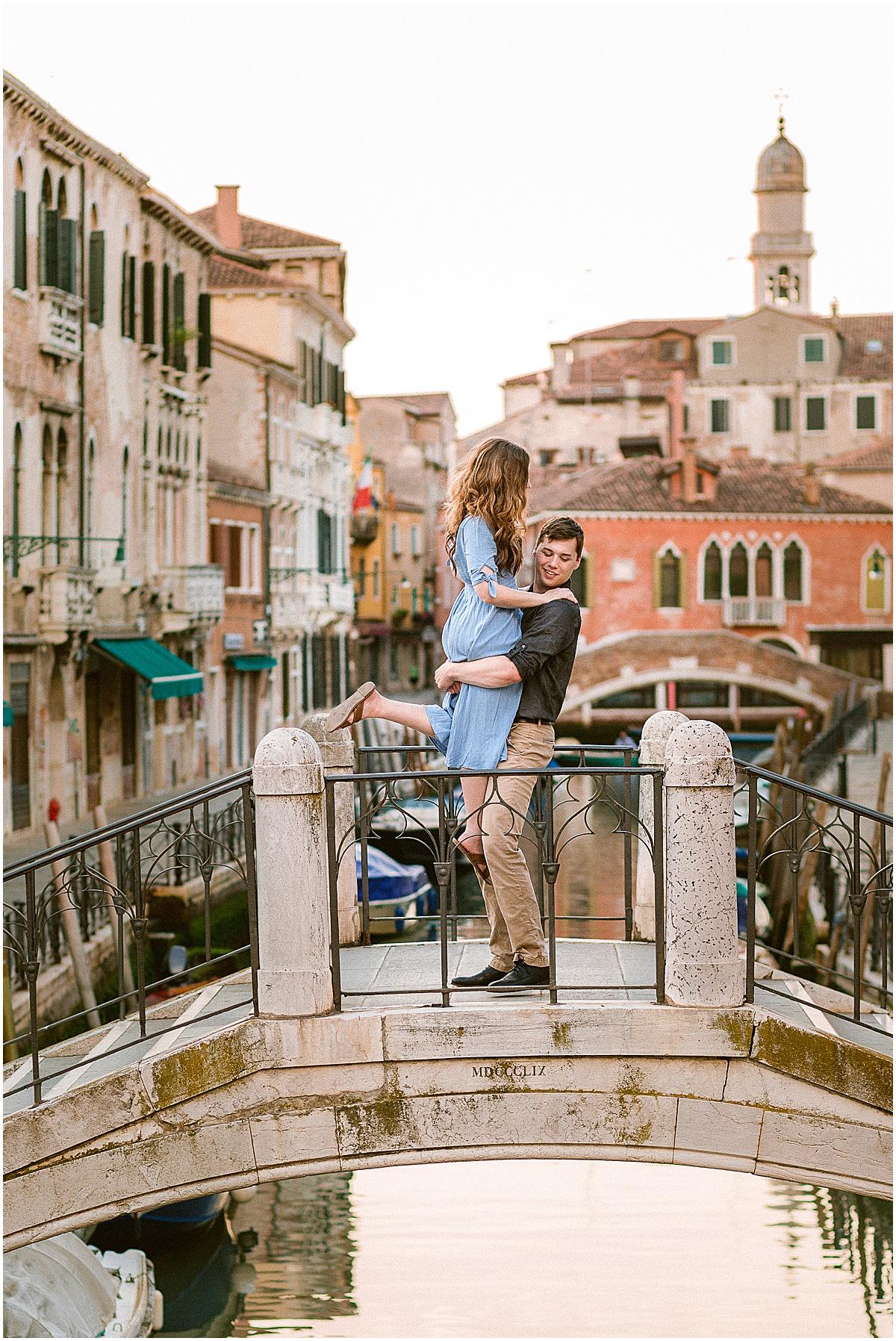 lifestyle-photographer-couple-in-venice-gondola-sunset-stefano-degirmenci_0301.jpg