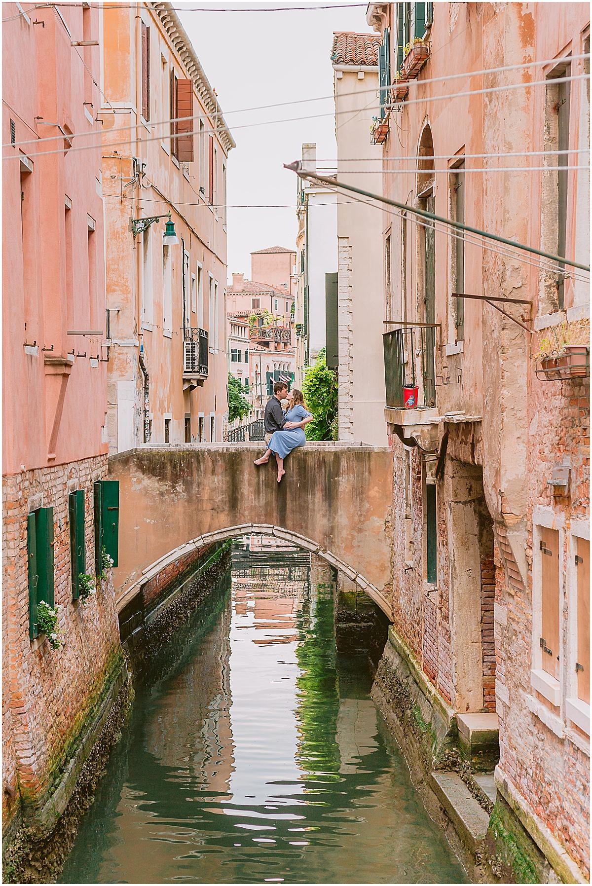 lifestyle-photographer-couple-in-venice-gondola-sunset-stefano-degirmenci_0305.jpg