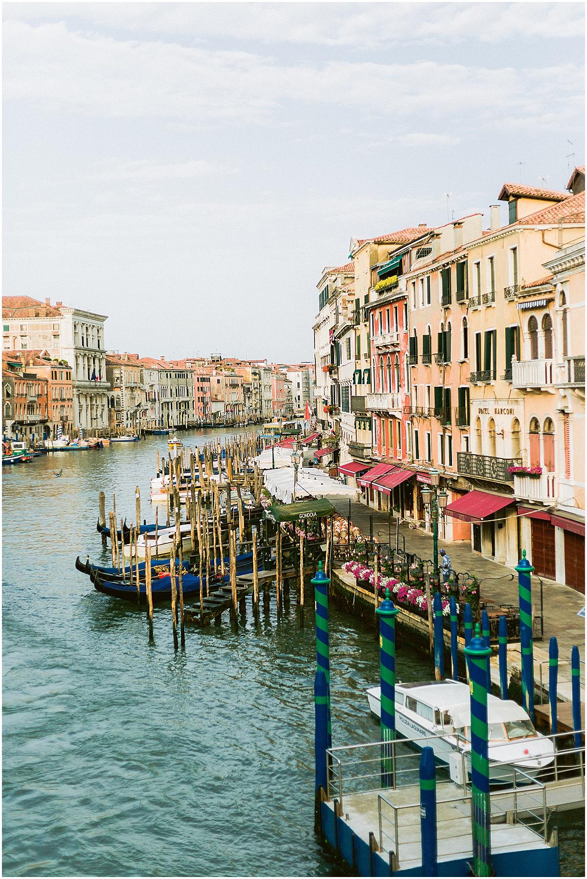 lifestyle-photographer-couple-in-venice-gondola-sunset-stefano-degirmenci_0308.jpg