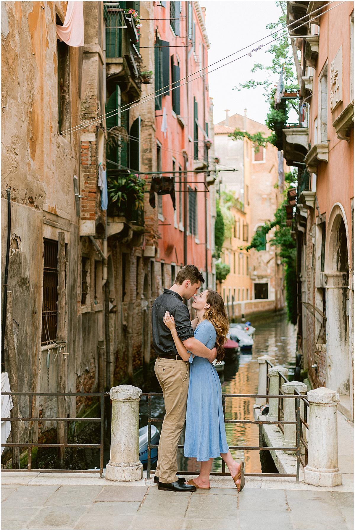 lifestyle-photographer-couple-in-venice-gondola-sunset-stefano-degirmenci_0319.jpg