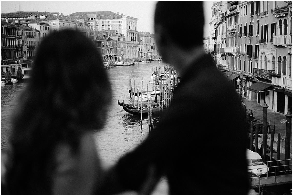 lifestyle-photographer-couple-in-venice-gondola-sunset-stefano-degirmenci_0321.jpg