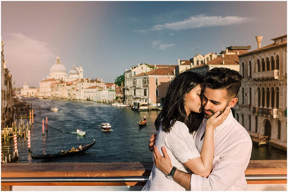 lifestyle-photographer-couple-in-venice-gondola-sunset-stefano-degirmenci_0326.jpg