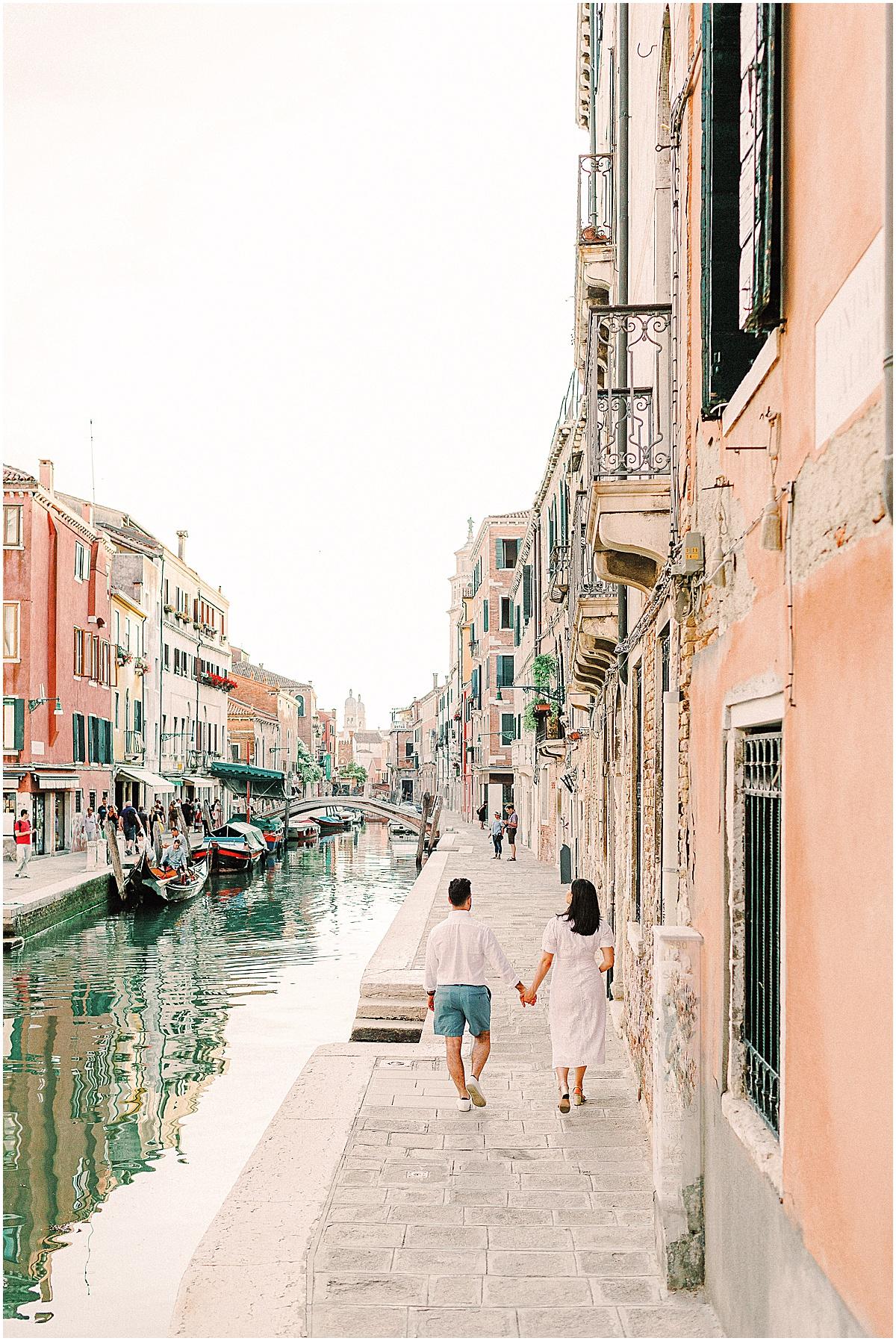lifestyle-photographer-couple-in-venice-gondola-sunset-stefano-degirmenci_0327.jpg