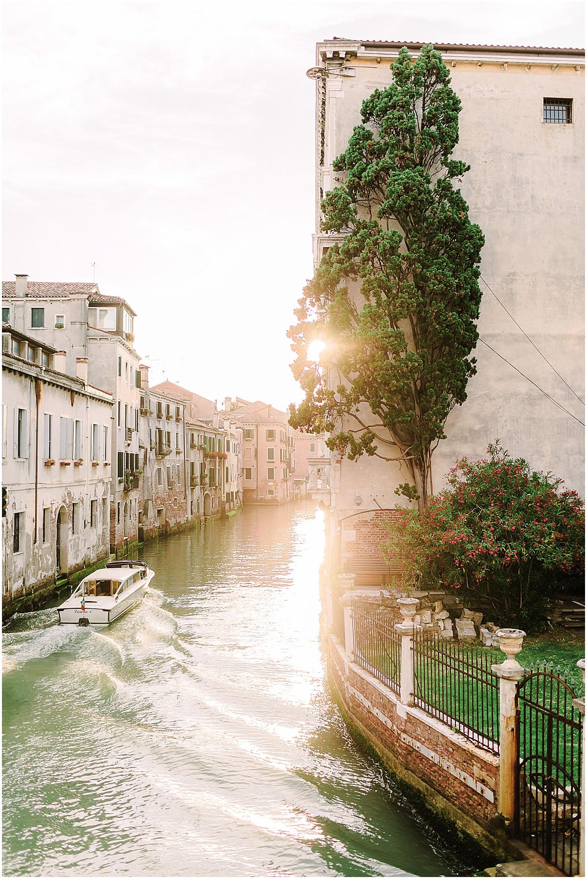 lifestyle-photographer-couple-in-venice-gondola-sunset-stefano-degirmenci_0329.jpg