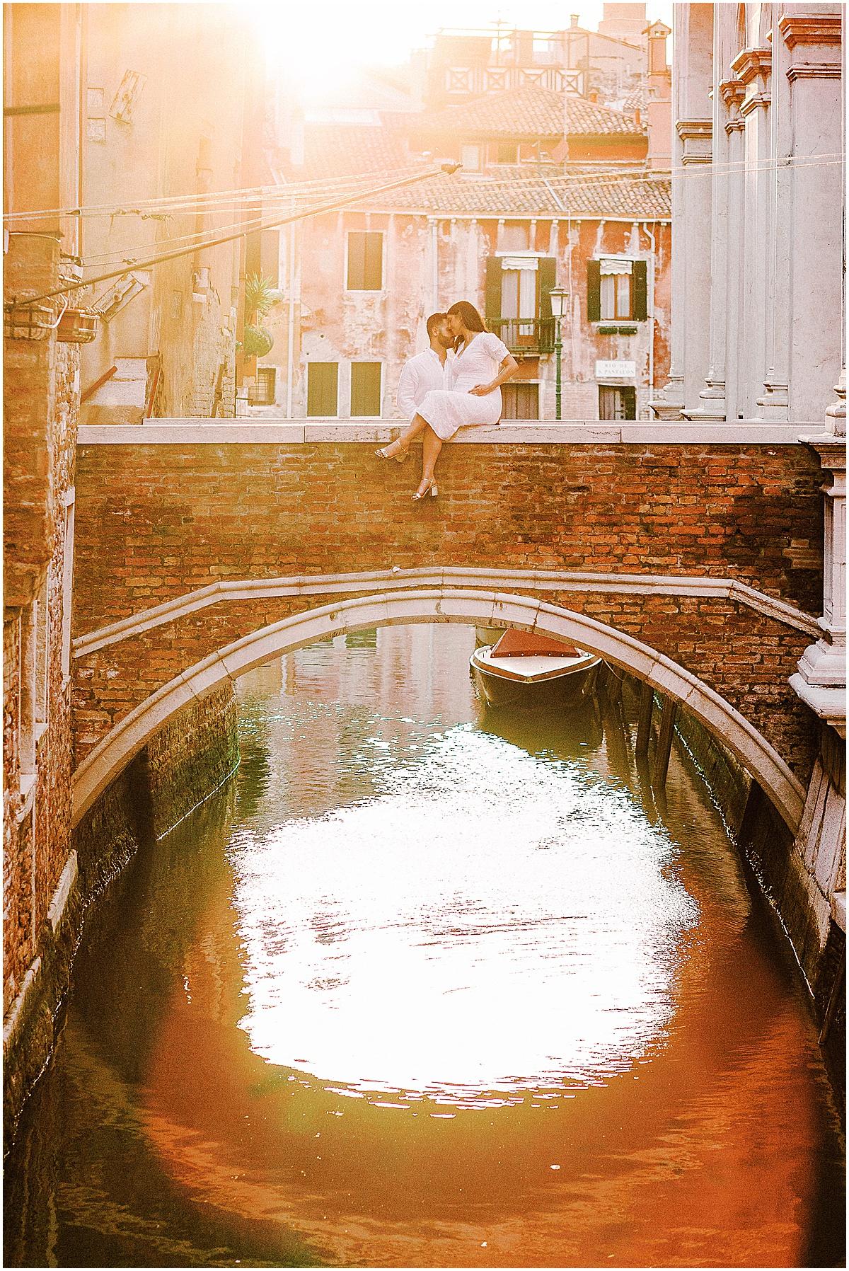 lifestyle-photographer-couple-in-venice-gondola-sunset-stefano-degirmenci_0330.jpg
