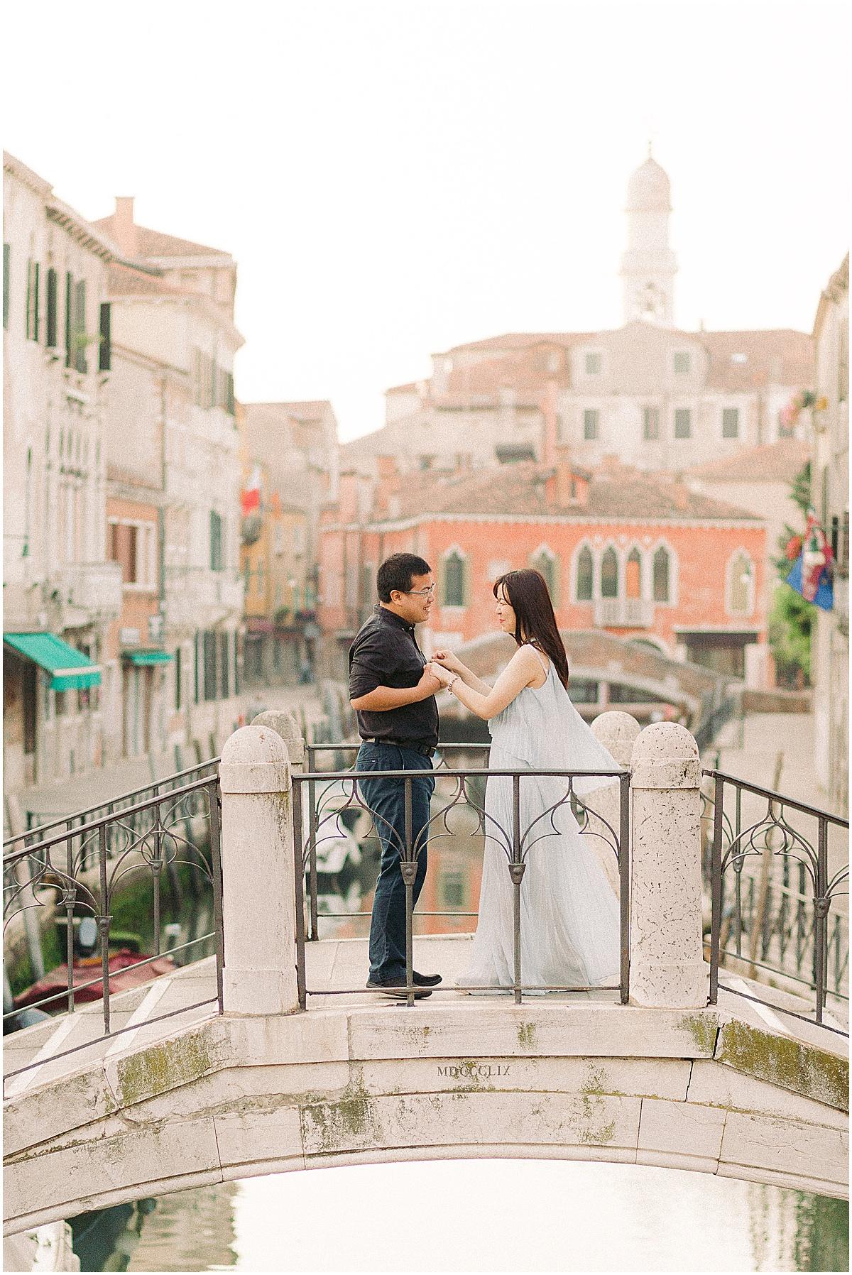 lifestyle-photographer-couple-in-venice-gondola-sunset-stefano-degirmenci_0337.jpg