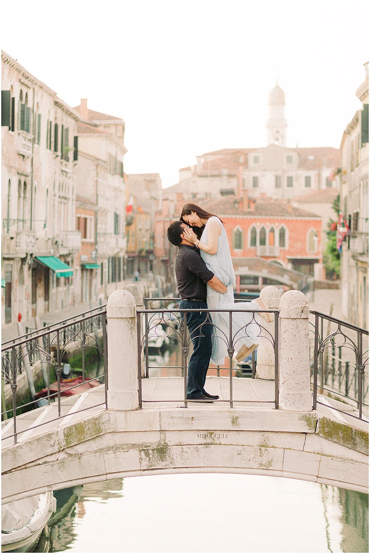 lifestyle-photographer-couple-in-venice-gondola-sunset-stefano-degirmenci_0338.jpg