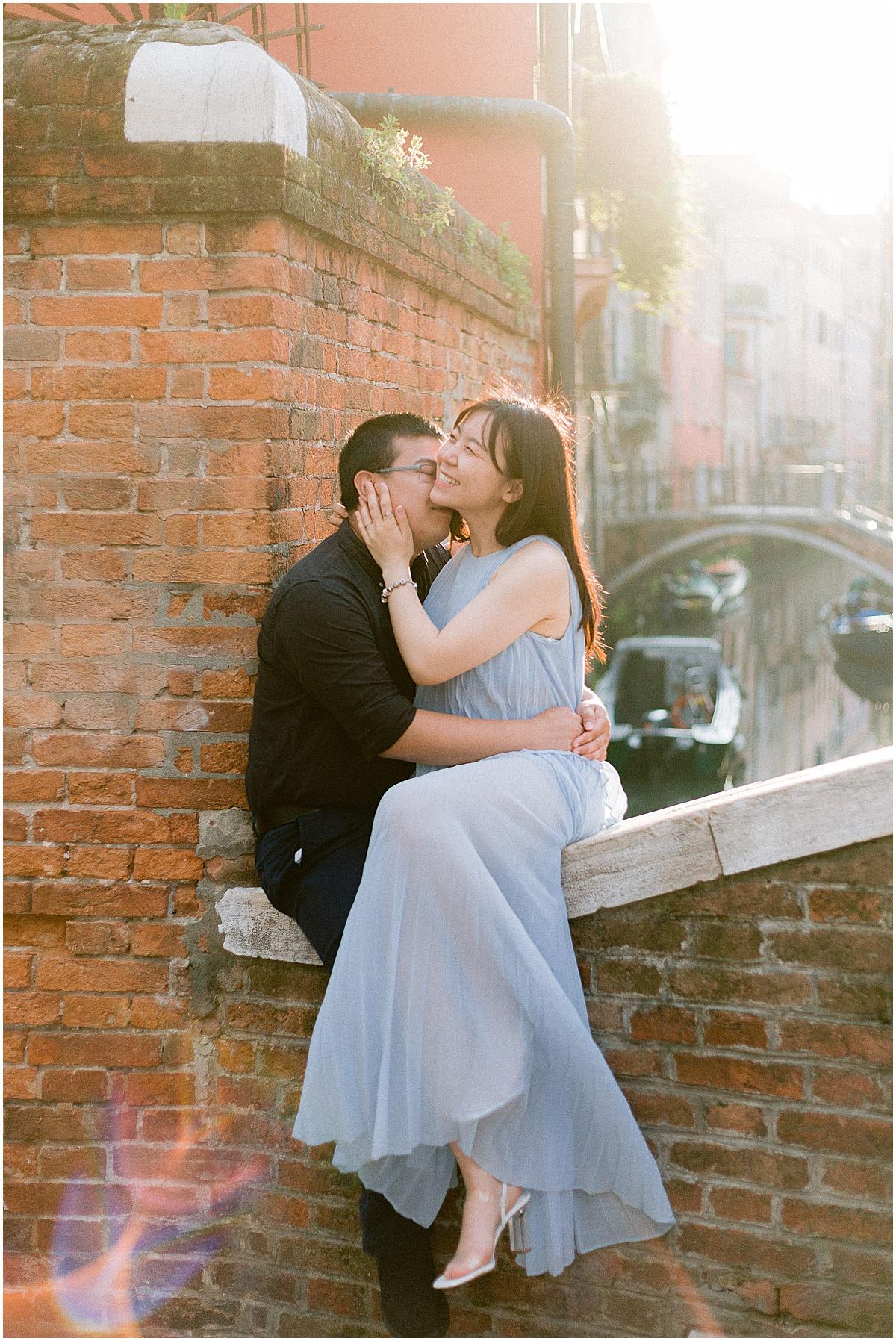 lifestyle-photographer-couple-in-venice-gondola-sunset-stefano-degirmenci_0341.jpg
