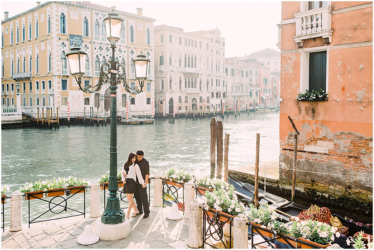 lifestyle-photographer-couple-in-venice-gondola-sunset-stefano-degirmenci_0344.jpg