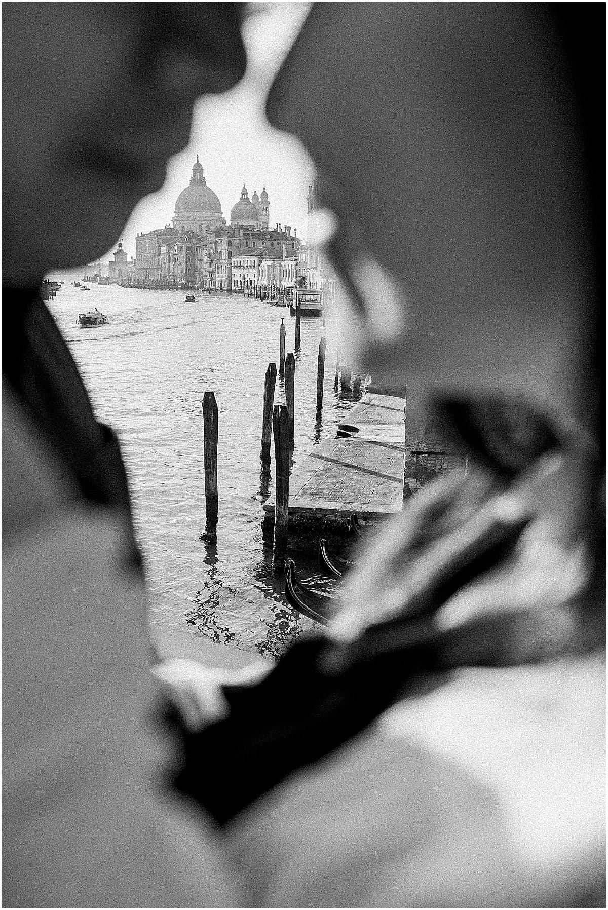 lifestyle-photographer-couple-in-venice-gondola-sunset-stefano-degirmenci_0346.jpg