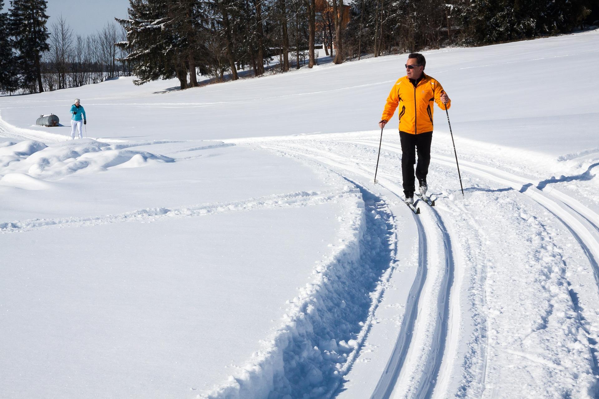 cross-country-skiing-624253_1920.jpg