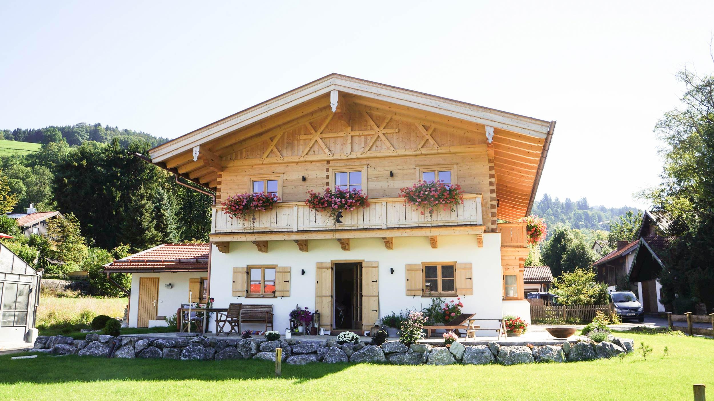 zimmerei-stoib-holzbau-holzhaus-blockhaus-traditionell-balkon-schliersee-02.jpg