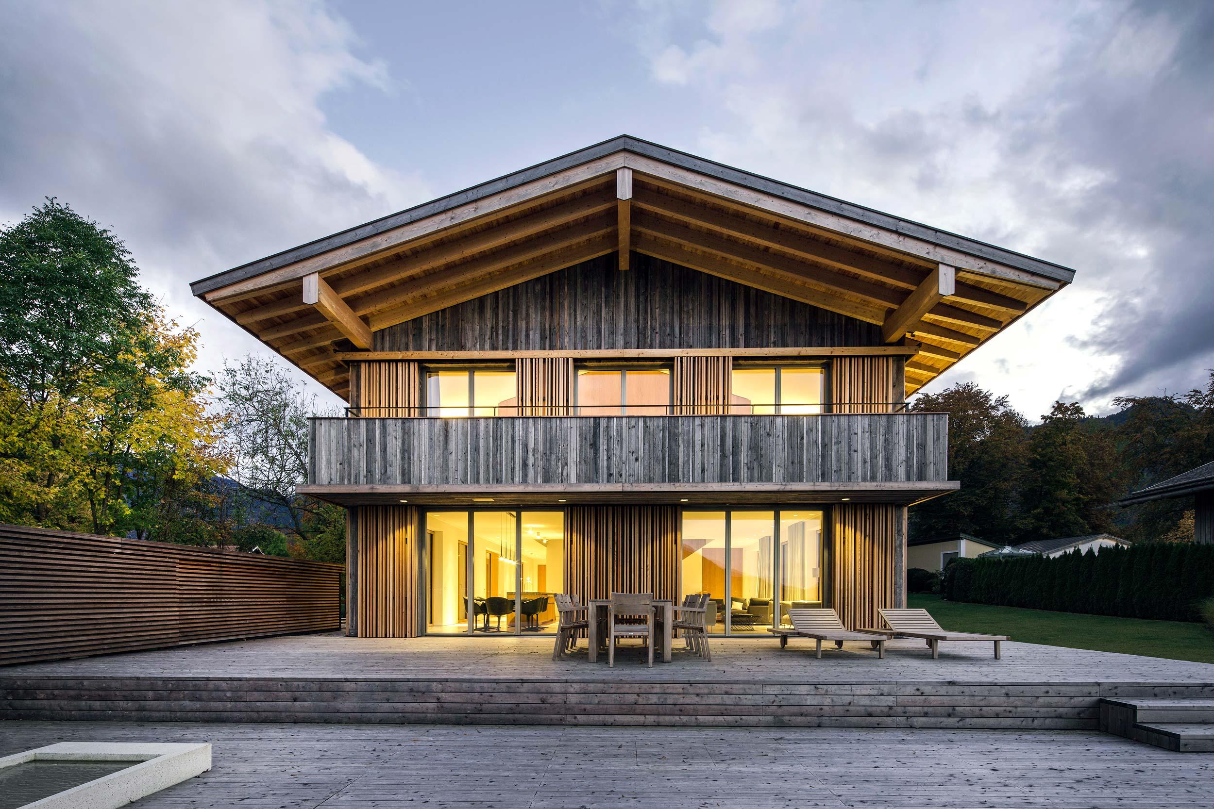 Neubau einer Villa mit Altholzfassade