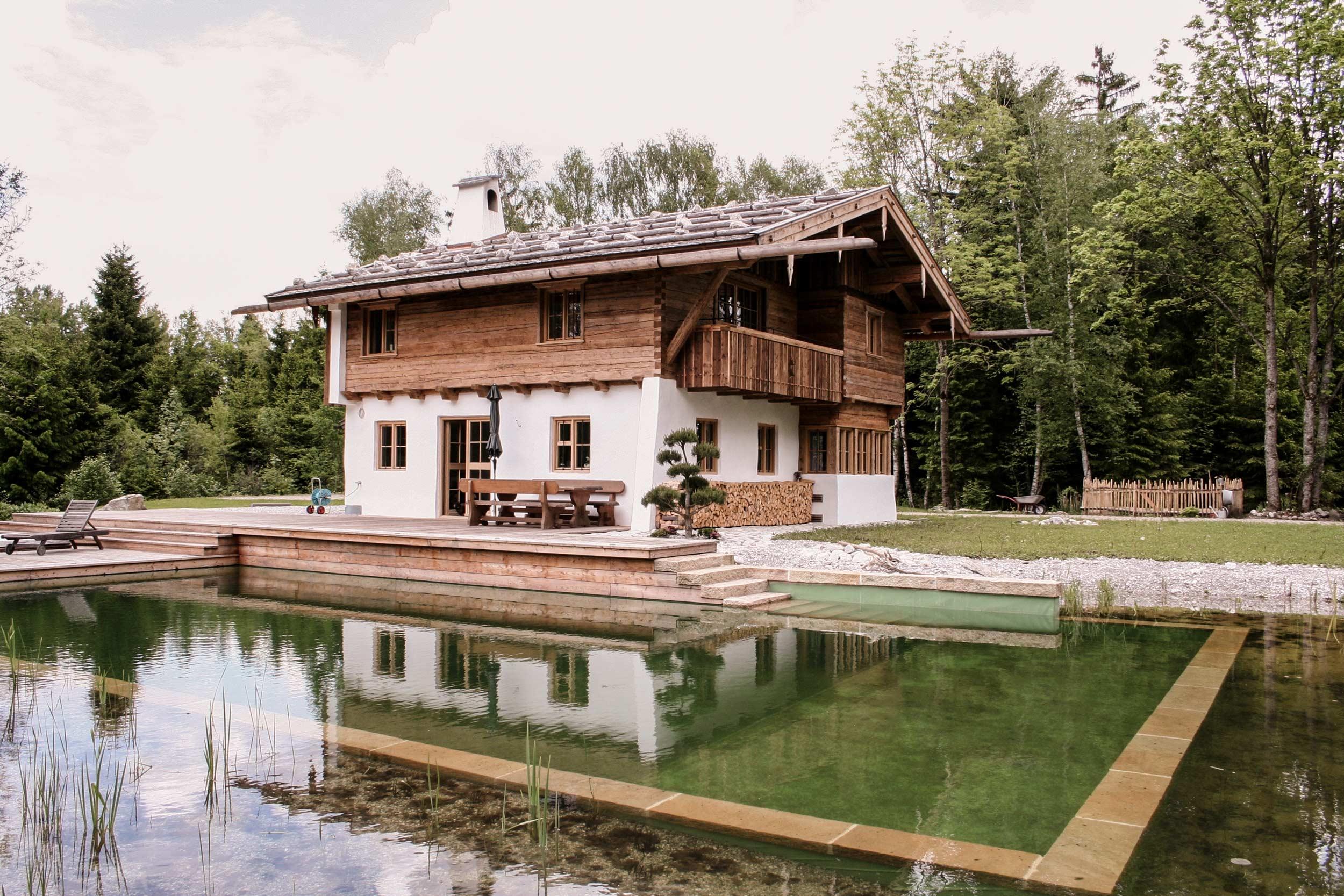 zimmerei-stoib-holzbau-holzhaus-blockhaus-altholz-teich-balkon-schindel-dach-fassade-terrasse-13.jpg