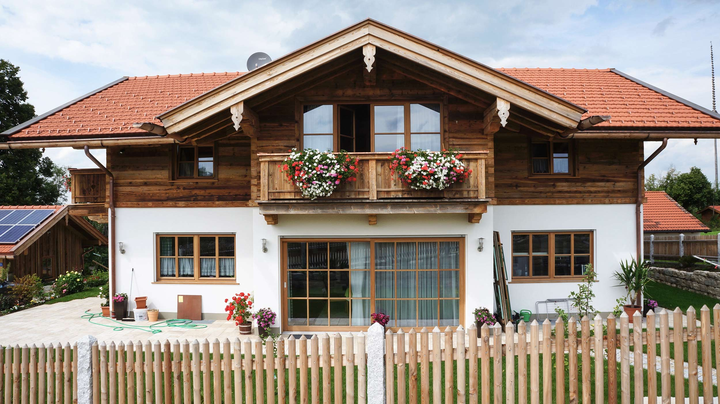 zimmerei-stoib-holzbau-holzhaus-altholz-fassade-blockschalung-balkon-dachstuhl-zaun-quergiebel-terrassentür-02.jpg