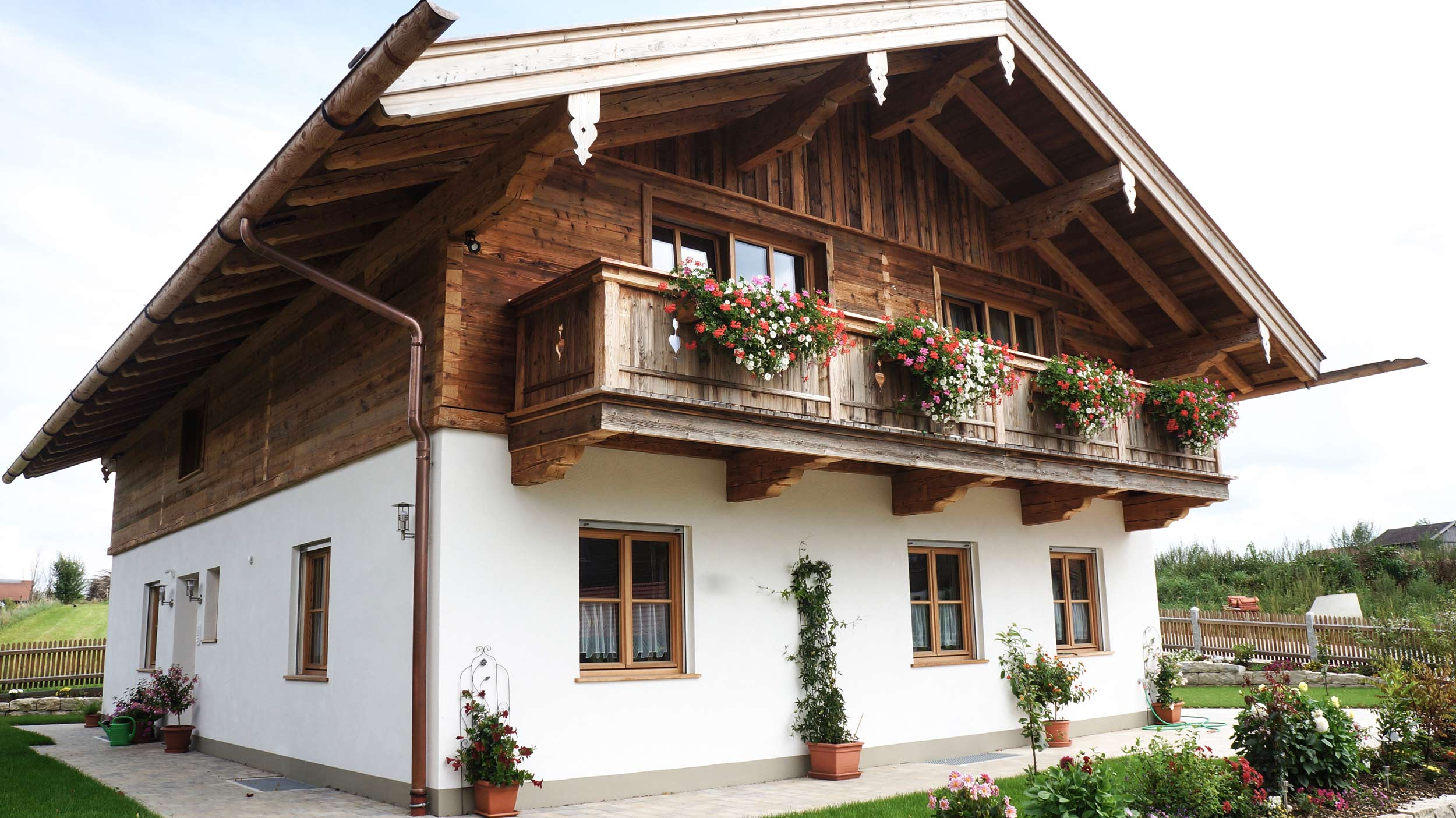 zimmerei-stoib-holzbau-holzhaus-altholz-fassade-blockschalung-balkon-dachstuhl-zaun-quergiebel-terrassentür-03.jpg