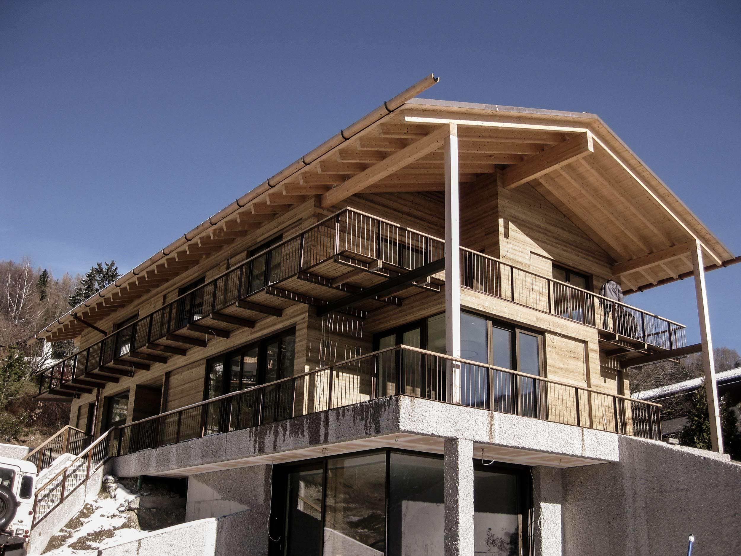 zimmerei-stoib-holzbau-holzhaus-schiebeläden-balkon-thermoholz-schalung-tegernsee-02.jpg