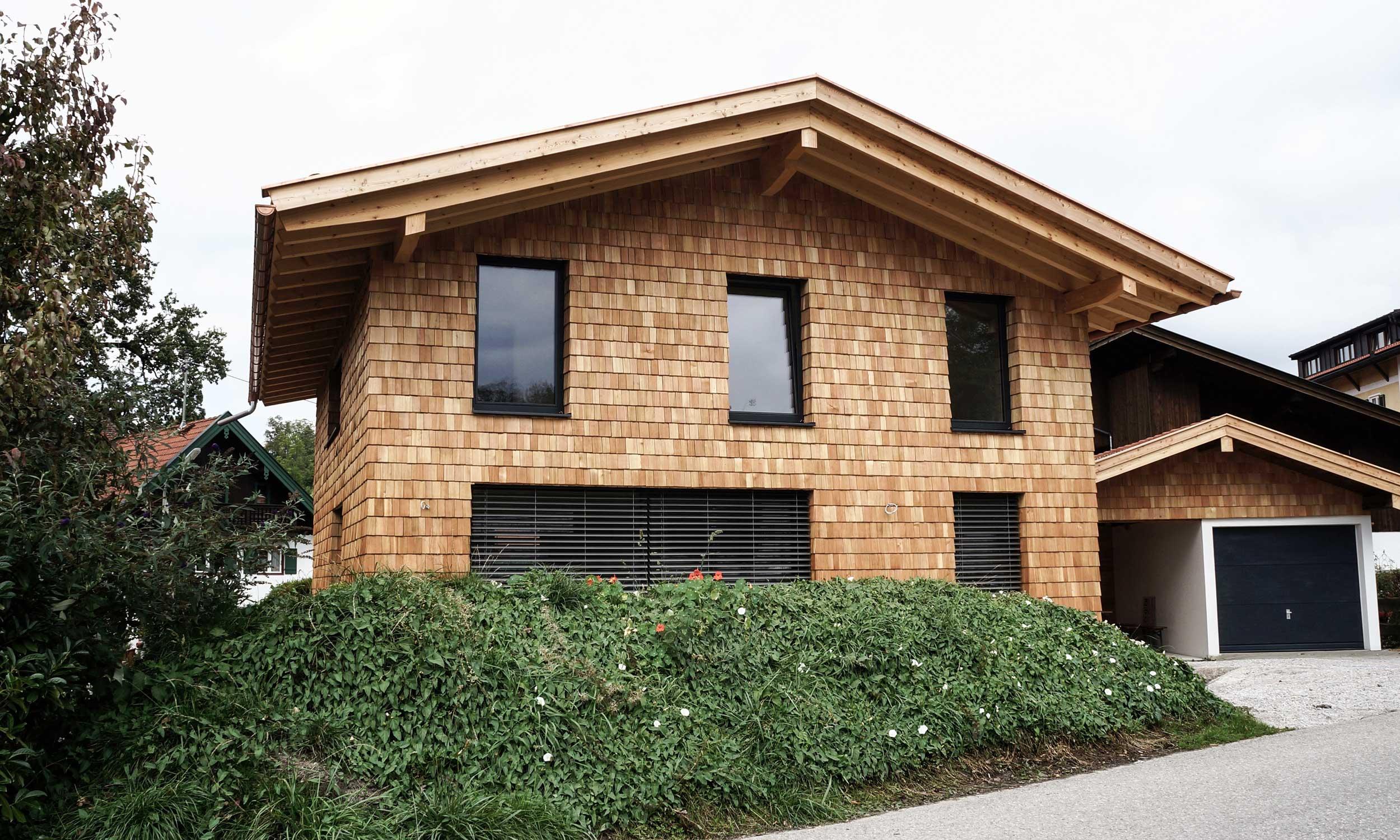 Modernes Einfamilienhaus in Massivholzbauweise mit Schindelfassade