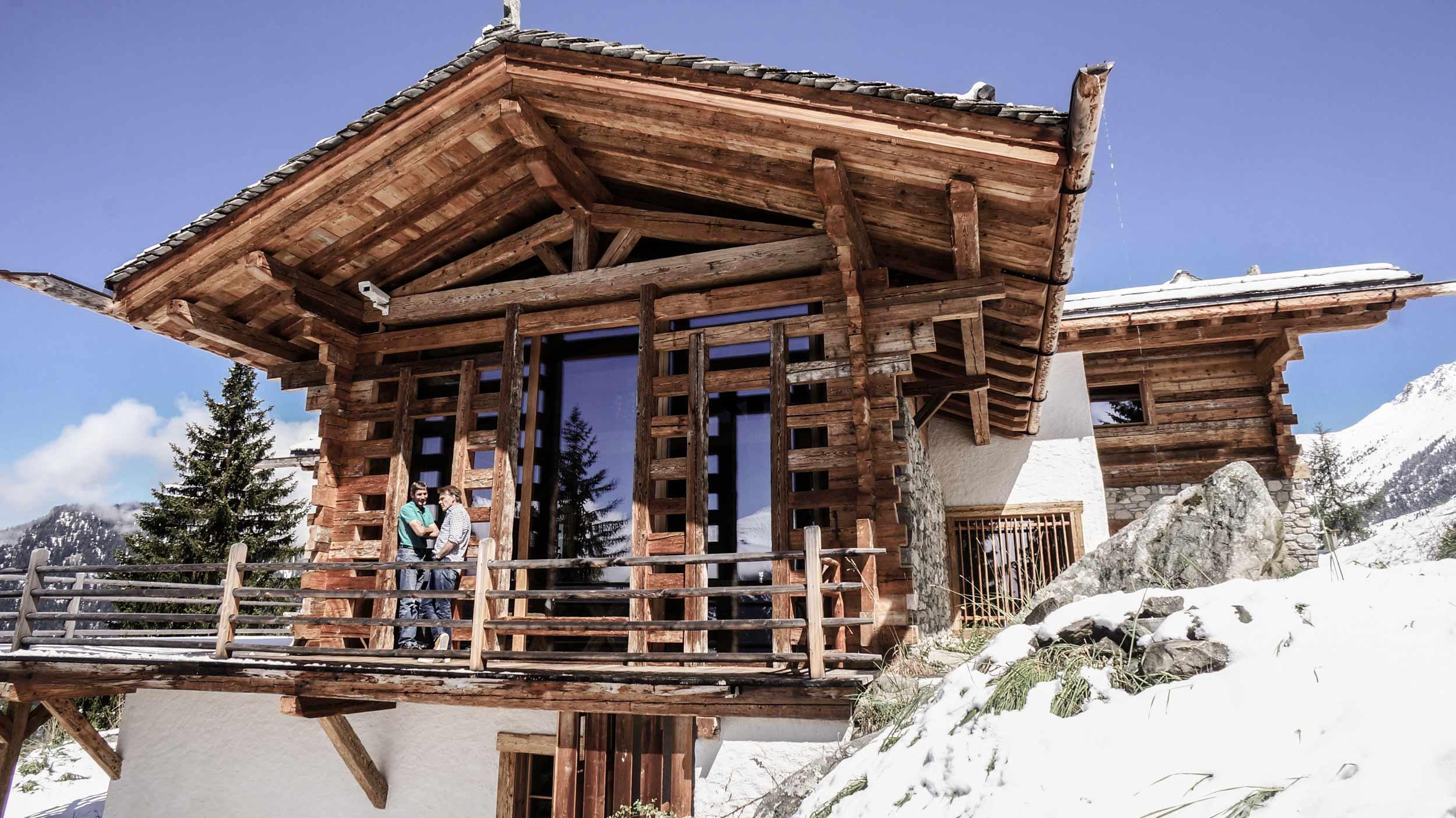 zimmerei-stoib-holzbau-holzhaus-chalet-schweiz-verbier-altholz-naturstein-glas-berge-traditionell-terrasse-04.jpg