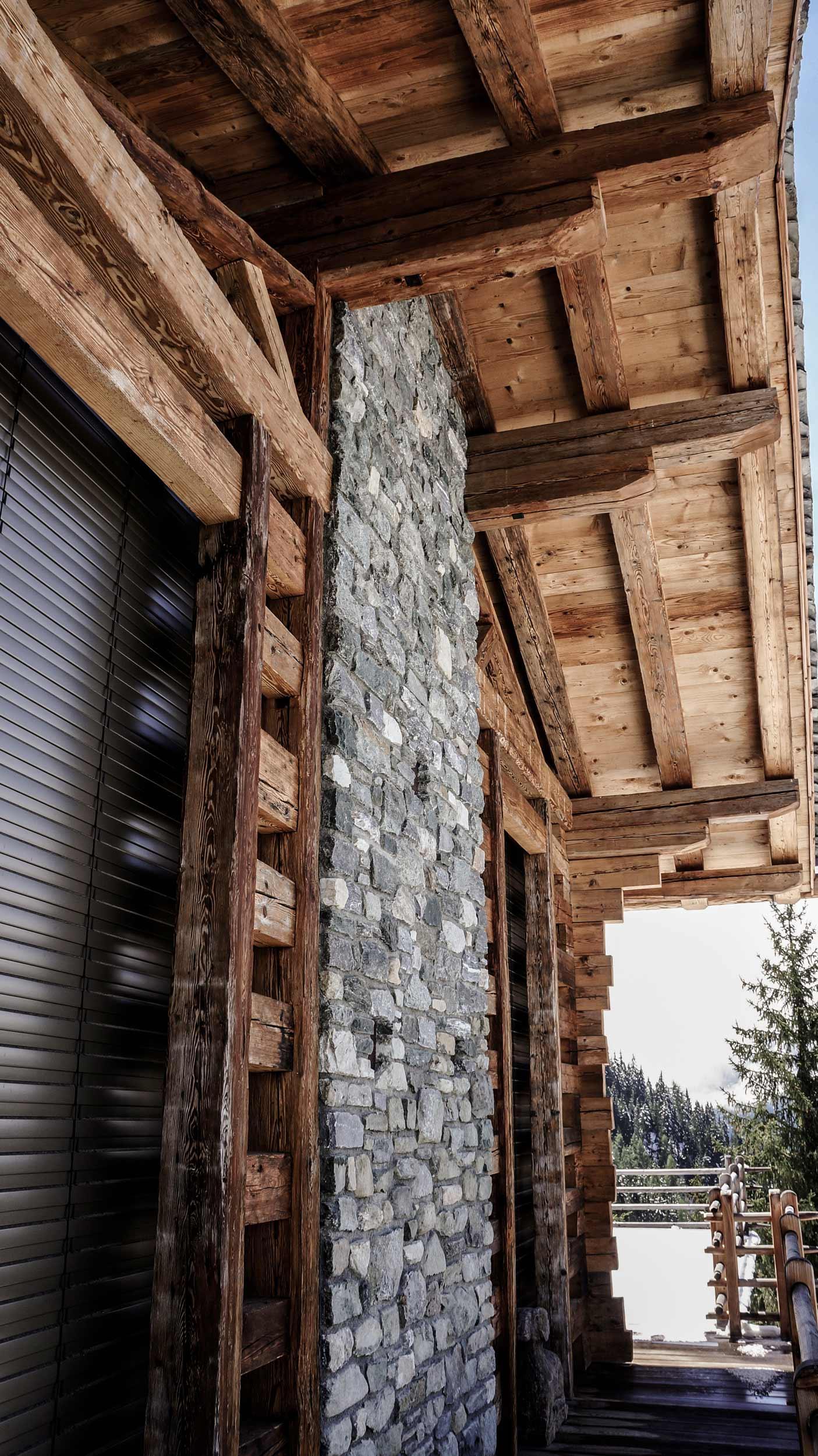 zimmerei-stoib-holzbau-holzhaus-chalet-schweiz-verbier-altholz-naturstein-glas-berge-traditionell-terrasse-13.jpg