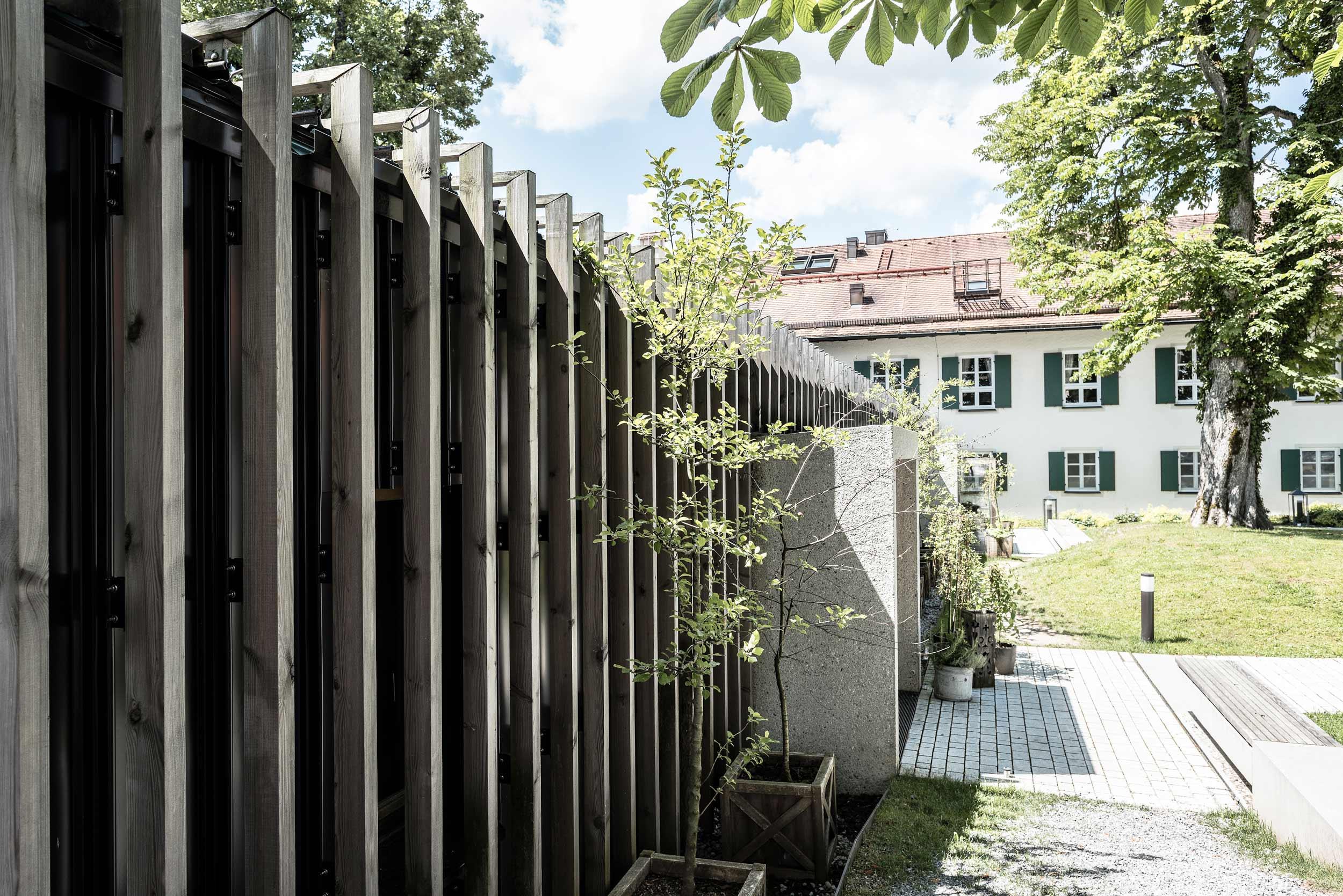 zimmerei-stoib-holzbau-holzhaus-gut-kaltenbrunn-tegernsee-festsaal-restaurant-fassade-sanierung-käfer-biergarten-terrasse-12.jpg
