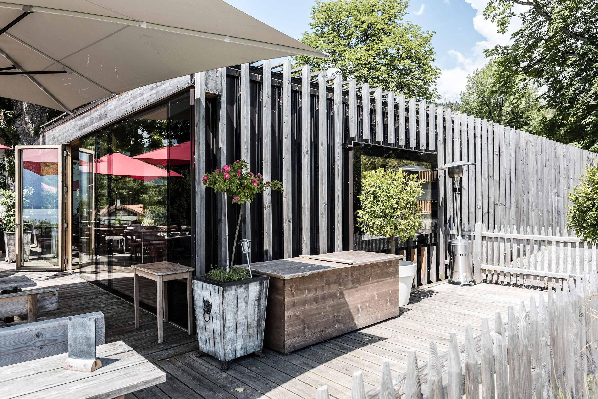 zimmerei-stoib-holzbau-holzhaus-gut-kaltenbrunn-tegernsee-festsaal-restaurant-fassade-sanierung-käfer-biergarten-terrasse-13.jpg