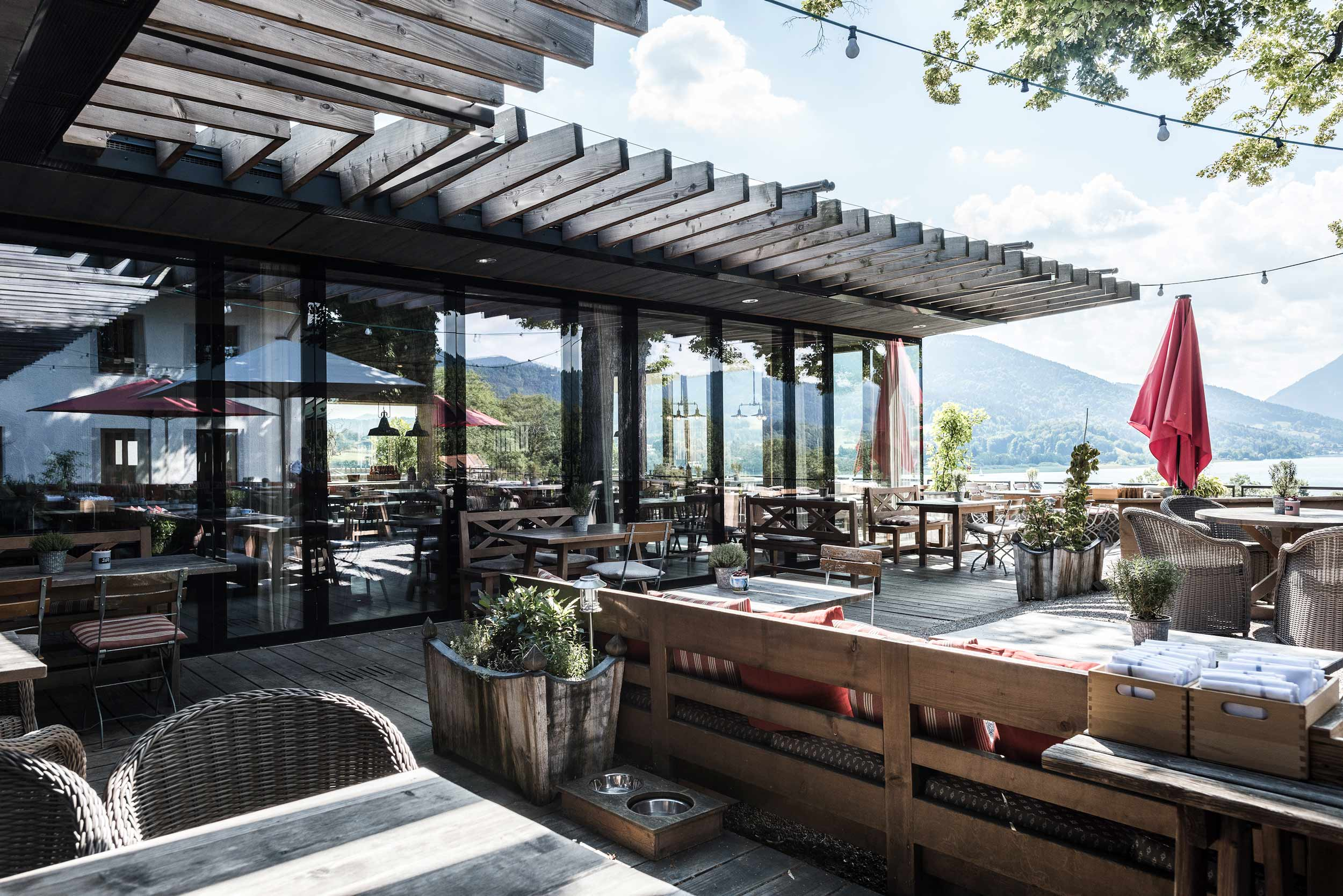 zimmerei-stoib-holzbau-holzhaus-gut-kaltenbrunn-tegernsee-festsaal-restaurant-fassade-sanierung-käfer-biergarten-terrasse-18.jpg