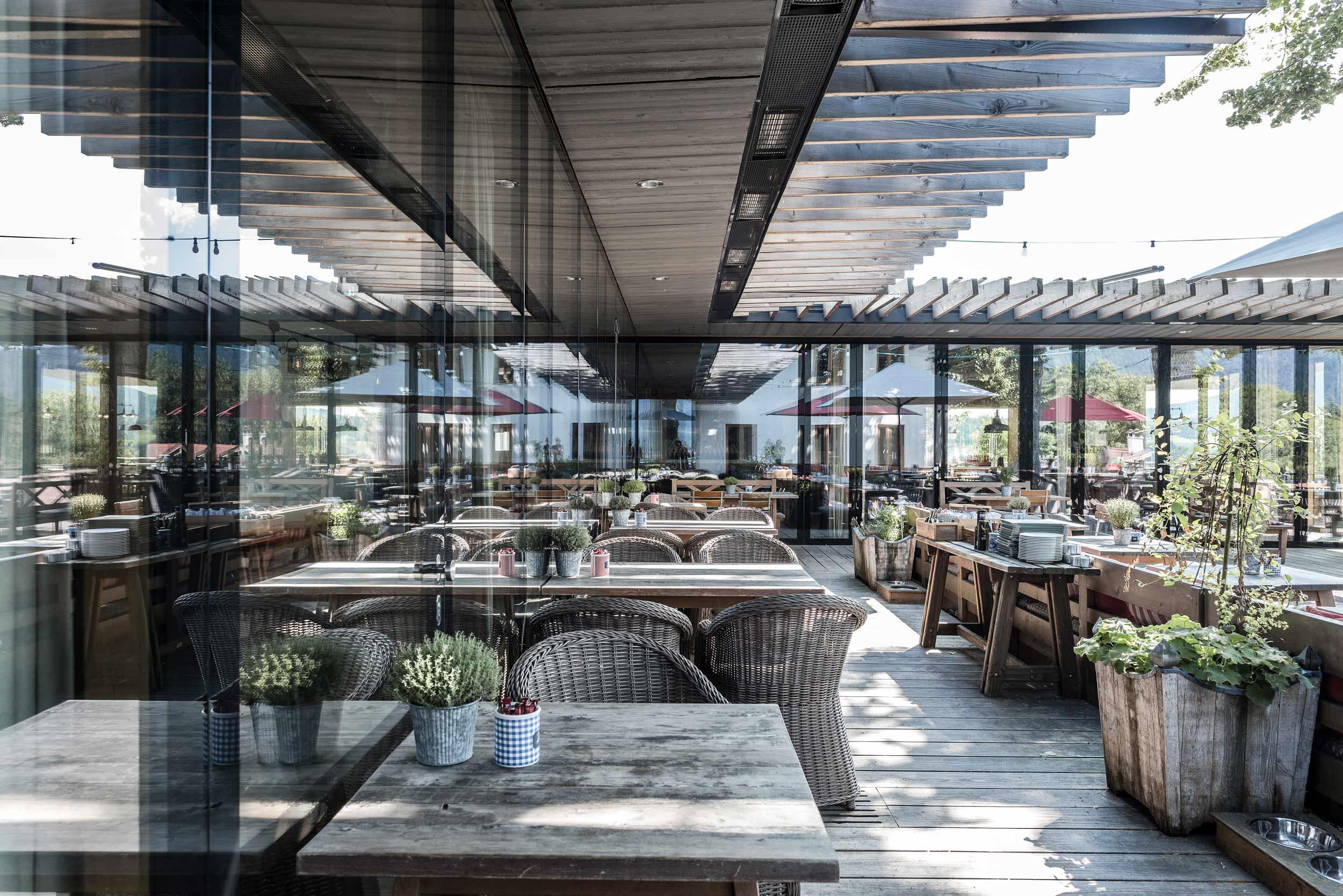 zimmerei-stoib-holzbau-holzhaus-gut-kaltenbrunn-tegernsee-festsaal-restaurant-fassade-sanierung-käfer-biergarten-terrasse-19.jpg