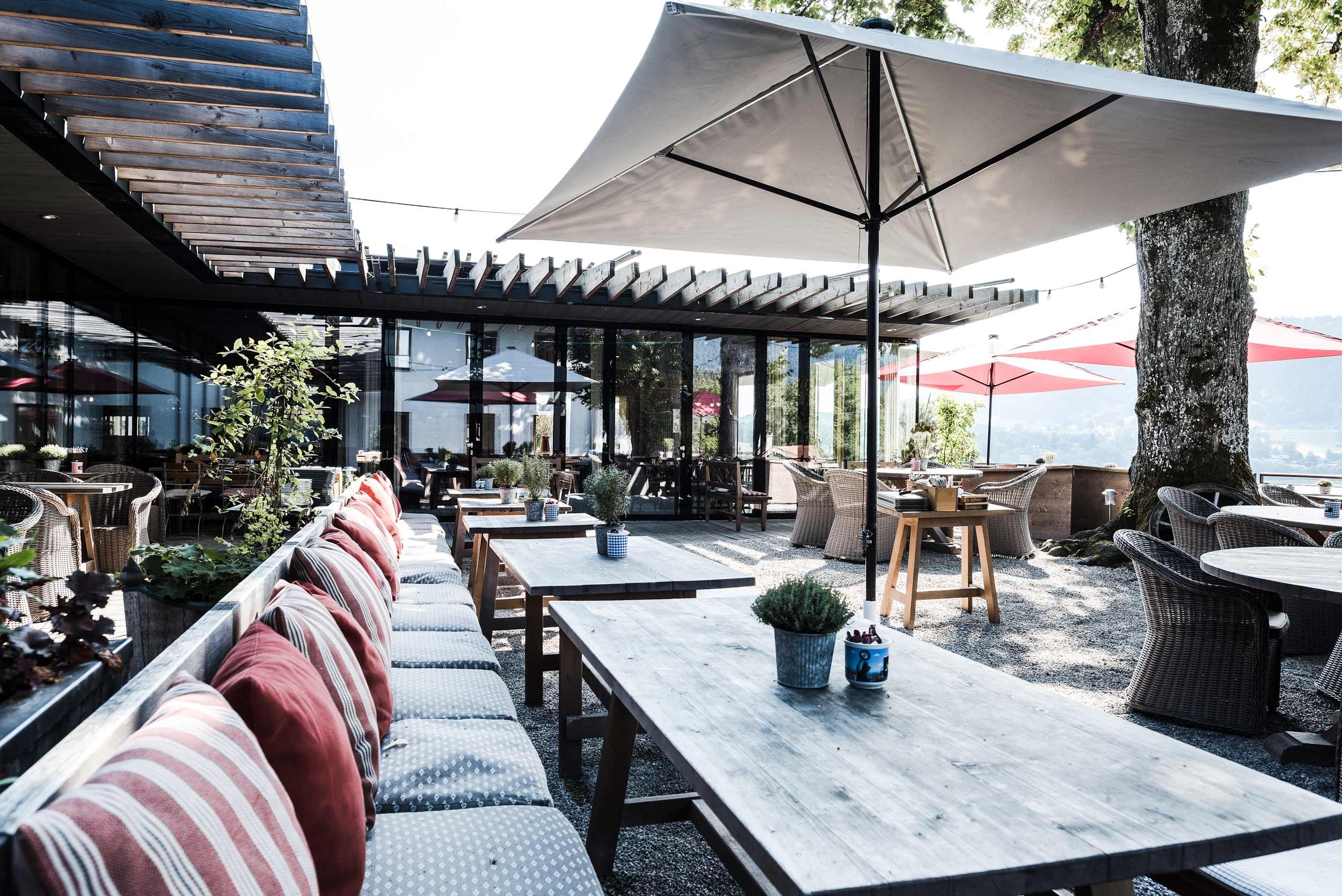 zimmerei-stoib-holzbau-holzhaus-gut-kaltenbrunn-tegernsee-festsaal-restaurant-fassade-sanierung-käfer-biergarten-terrasse-20.jpg